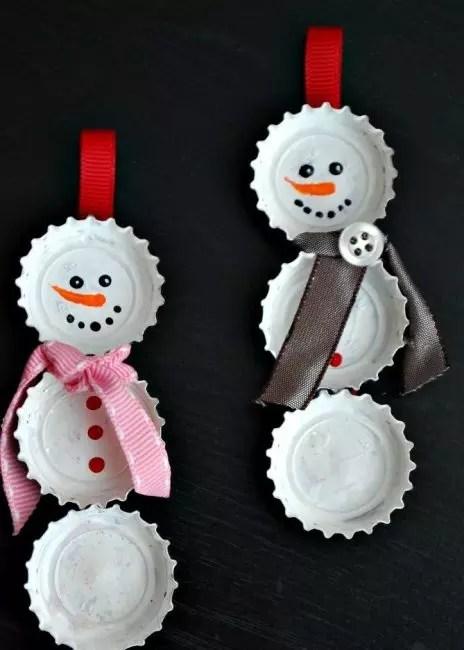 Снеговички из пробок от бутылок – простые украшения для детского творчества. Пробки окрашивают в белый цвет, крепят к плотной ленте, рисуют глазки и рот маркером. В качестве декора – пуговицы, ленты, бусины…