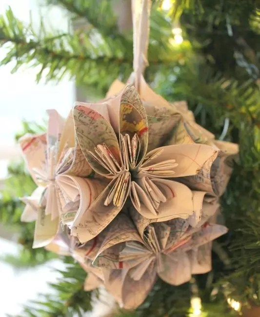 Old paper cards - retro material for bulk christmas decoration. It is enough to turn the details correctly, connect together and turn the loop for hanging