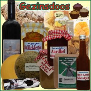 Kerstpakket Gezin - Streekpakket gezinsdoos is gevuld met unieke lokale streekproducten - Kerstpakketten Specialist - www.krstpkkt.nl