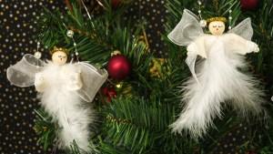Weihnachtsengel aus Federn als Schmuck für den Christbaum selber machen