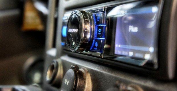 Een radio aansluiten in de auto