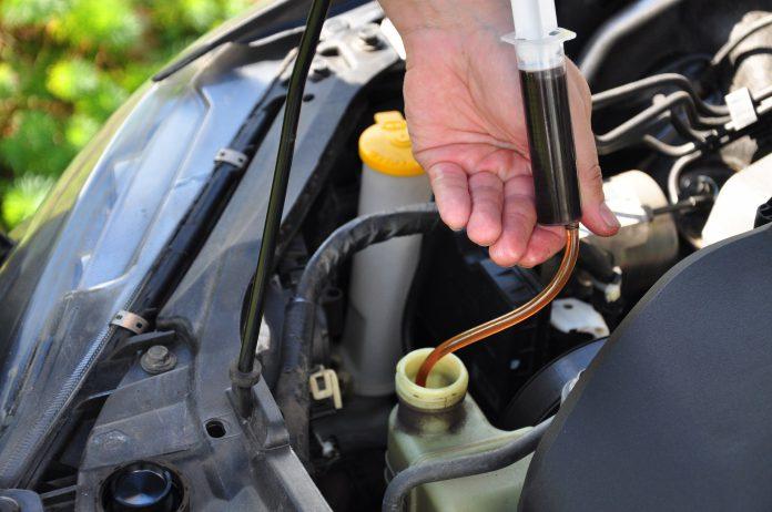 Hogyan változtathatjuk meg az olajat a gurok cseréjében a gurok folyadékának cseréjével Csináld magad az olaj helyettesítése a szervokormány hidraulikájában
