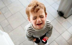 Ребёнок капризничает и не хочет оставаться с бабушкой. Как быть?