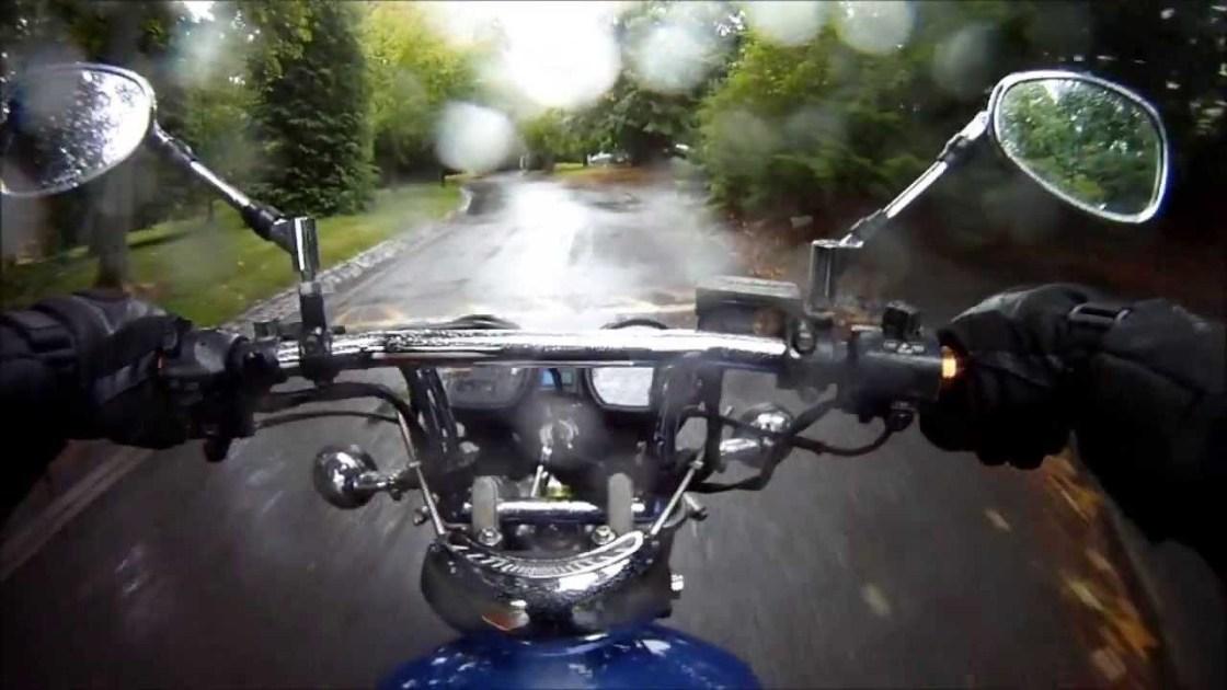על האופנוע בגשם החלקה בגשם כלוב