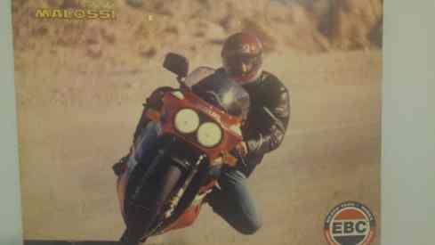 """כביש סדום ערד וה-R-ים שימשו גם כבסיס לפרסומות הראשונות במגזין מוטו. הרוכב: כנראה יובל לינדר ז""""ל. צלם: לא ידוע (כנראה רונן טופלברג)"""