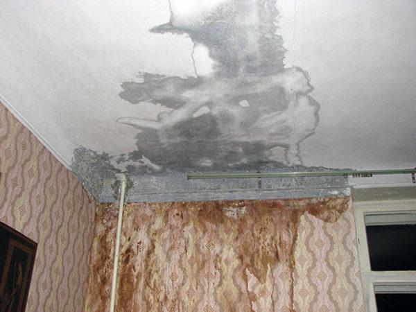 Желательно сделать несколько фото и записать видео, на котором виден ущерб от протечки с крыши