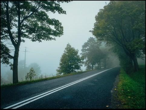 W Beskidzie Śląskim, zamglony grzbiet przed Koniakowem. Trzymam się tych linii. Czegoś muszę… Gdzieś między skrajem, a środkiem znajduję przestrzeń dla siebie.