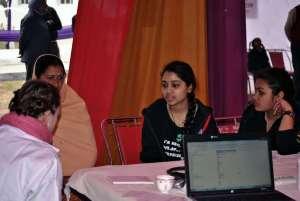 Medical Camp: 2 Schülerinnen übersetzen für österreichische Ärztin
