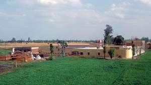 links im Bild die Biogasreaktoren der Farm