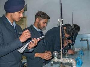 im Chemieunterricht, beim Experimentieren