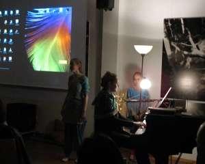 """Musikbeitrag beim Vortrag """"indischer Abend"""" in Waldkirchen 2018, Pia Stadlmeyer Gesang, Tatiana Sverko Klavier, Giulia Fiuranti Begleitung"""