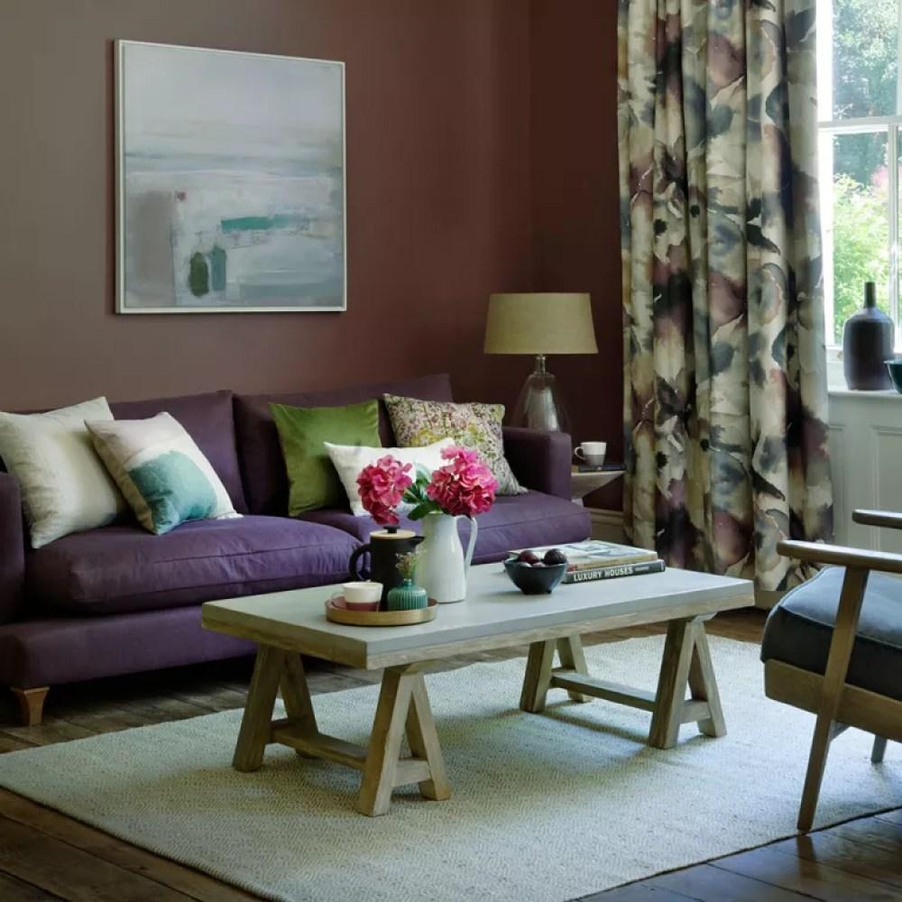 Idée pour un salon violet avec des murs parfaits, un canapé violet et un mobilier rustique