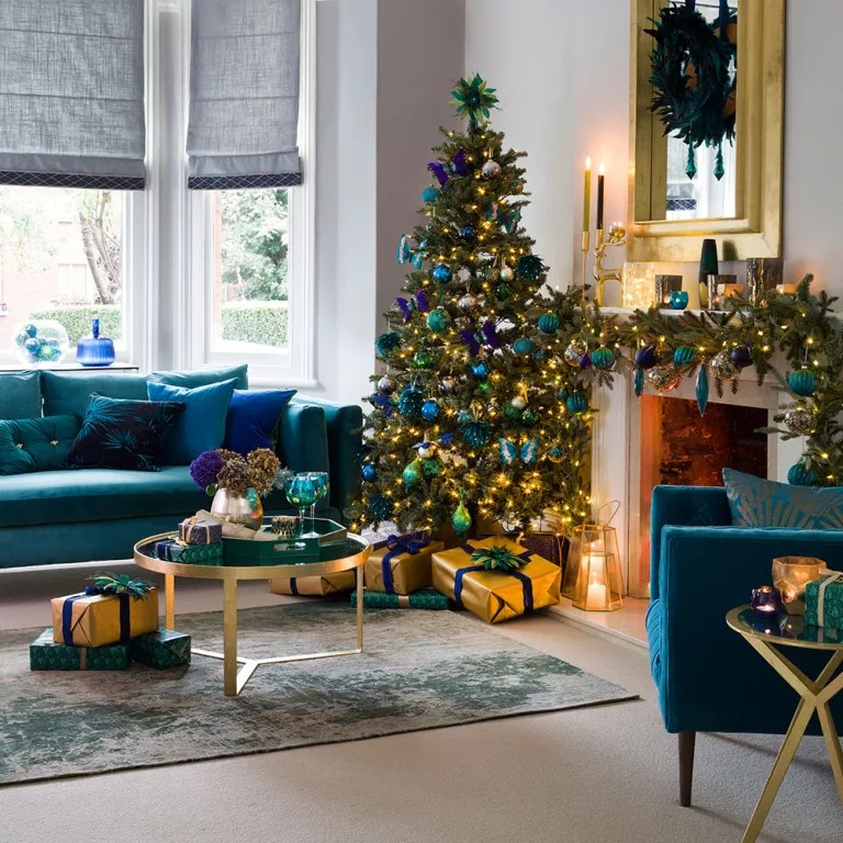 26 Christmas living room decorating ideas to get you in ... on Room Decoration Ideas  id=62304