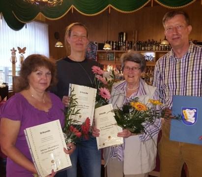 Silvia Skandera (v.l.), Mandy Feja und Lore Richter erhielten vom Vereinschef Maik Schumacher die Ehrennadel des LSB in Silber