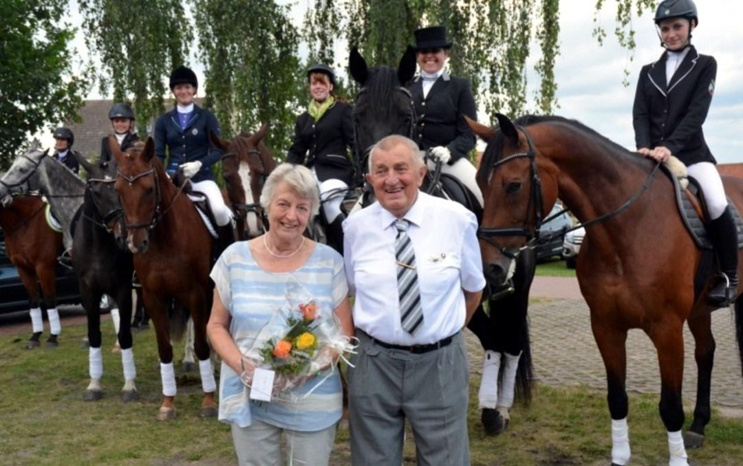 Otto Zipplering, hier mit seiner Frau Irma, freute sich über die vielen Überraschungen zum 80. Geburtstag. Unter anderem hatten Reiter hoch zu Ross gratuliert. Auch Enkelin Lena (rechts) hatte ihr Pferd gesattelt. Fotos: Meike Schulze-Wührl VOLKSSTIMME