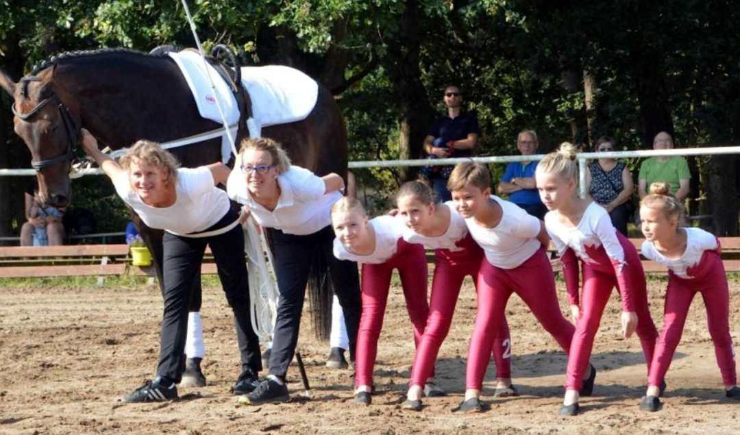 Die Käcklitzer Akrobaten präsentierten beim Voltigiertag auch ihre neue Wettkampfbekleidung.Fotos: Meike Schulze-Wührl