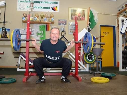 Günter Lüdecke stemmt hier beim Kniebeugen 90 Kilo. In Wettkämpfen hat er schon mehr als 200 Kilo geschafft. Foto: Elisa Sowieja VOLKSSTIMME