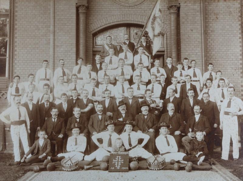 Der Männerturnverein Salzwedel nahm anlässlich seines 40-jährigen Bestehens am 28. September 1902 vor der Agricola-Turnhalle Aufstellung. Foto: Stadtarchiv Salzwedel
