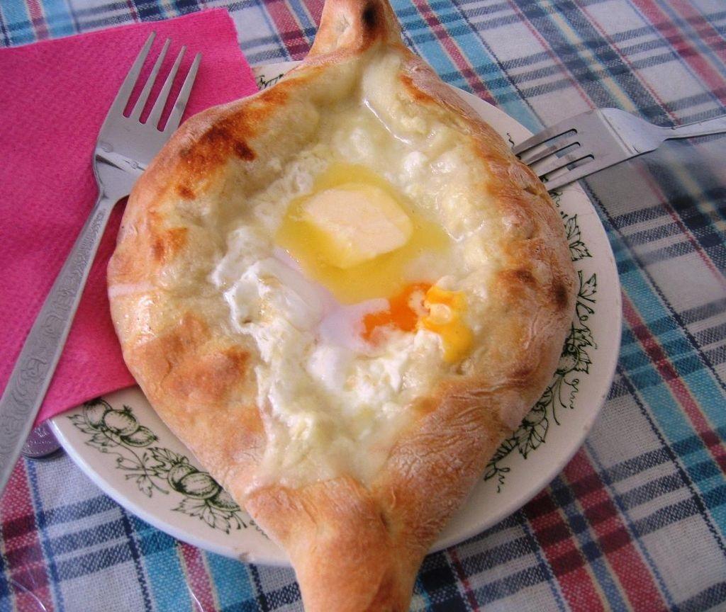 Kuchnia gruzińska - Chaczapuri adżaruli