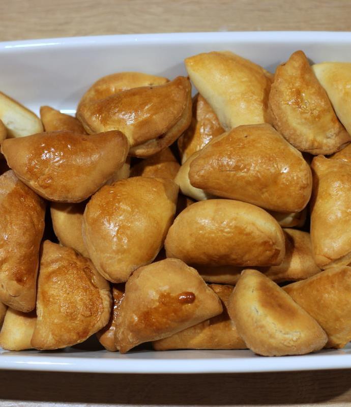 Drożdżowe pierożki z boczkiem i cebulą – Pirāgi