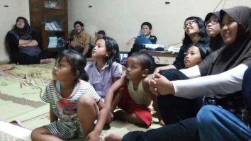 Gambar 3. Anak-anak di Yayasan Girlan Nusantara sedang menonton video tentang dunia laut.