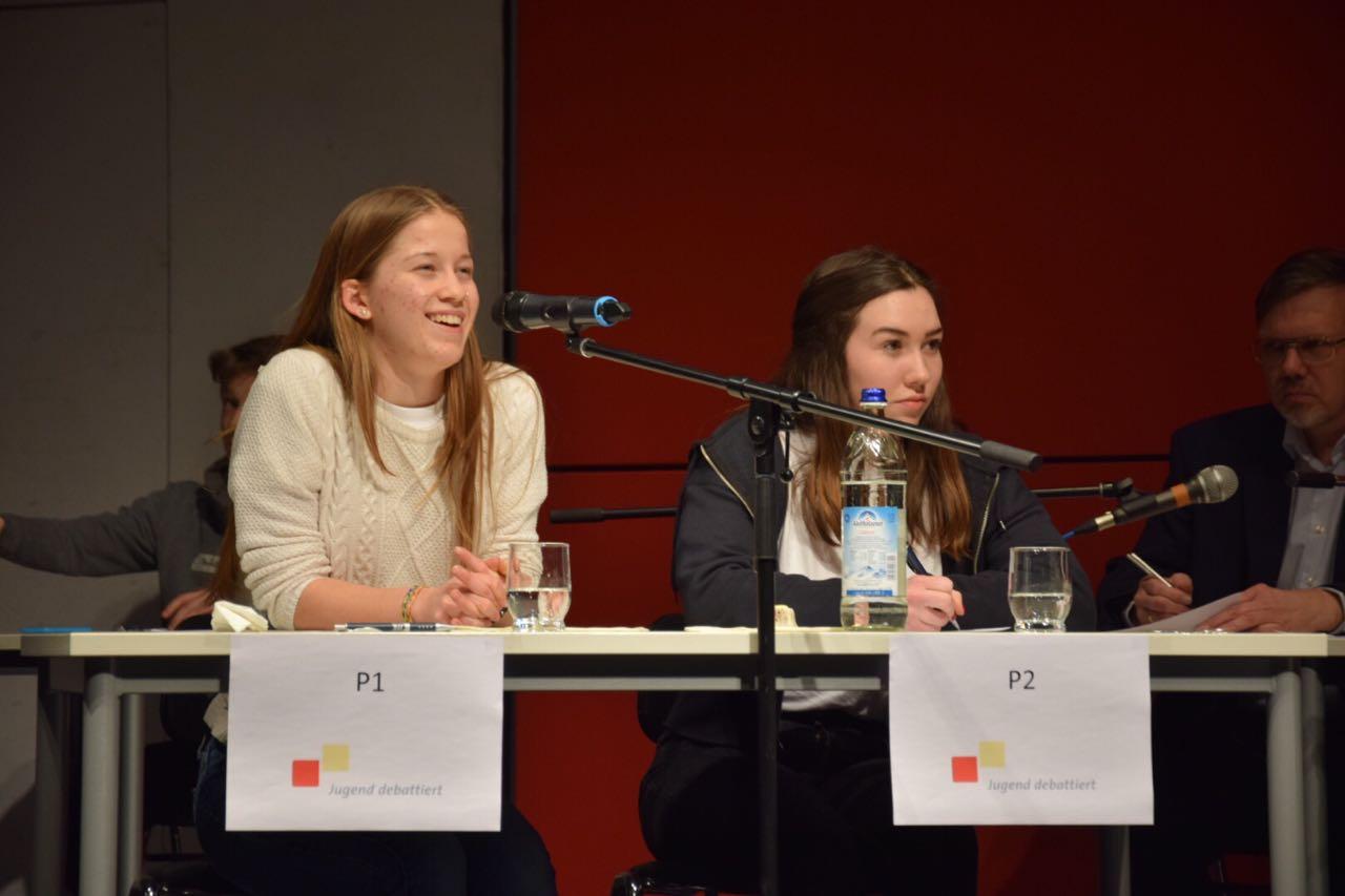 """Pauline Illig (rechts) im Regionalfinale von """"Jugend debattiert"""" am Gymnasium Unterhaching"""