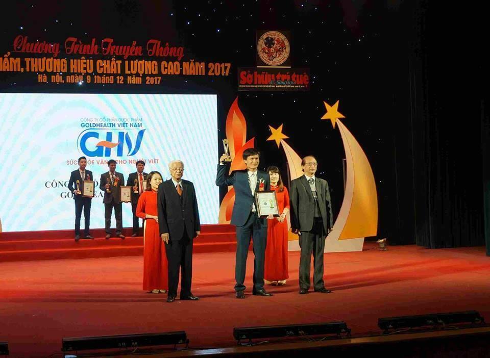 Ông Nguyễn Văn Lam - TGĐ GOLDHEALTH VIỆT NAM - nhận cúp và bằng chứng nhận vinh danh