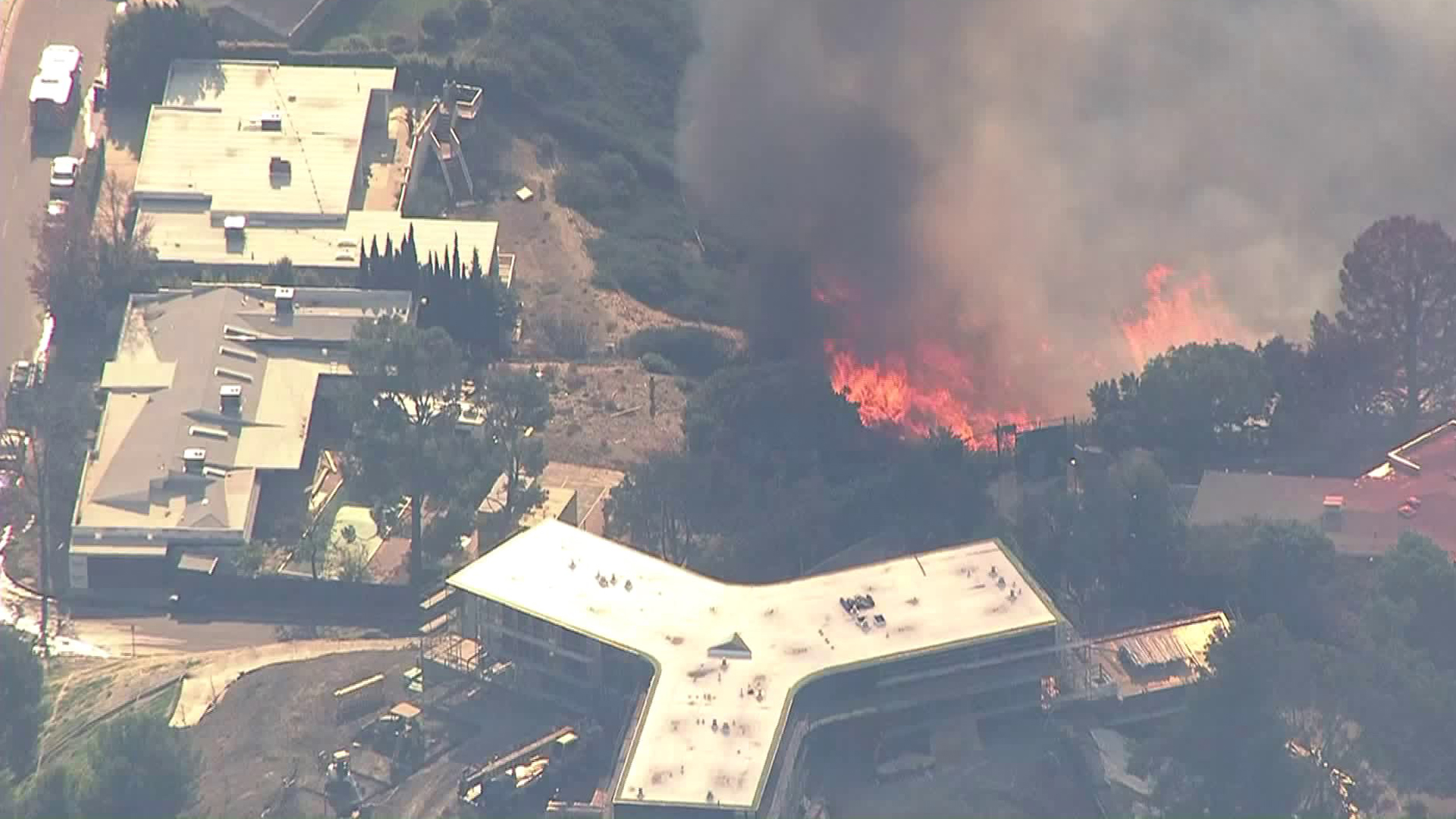 Multiple structures are threatened in the Skirball Fire burning in the Bell-Air area on Dec. 6, 2017. (Credit: KTLA)