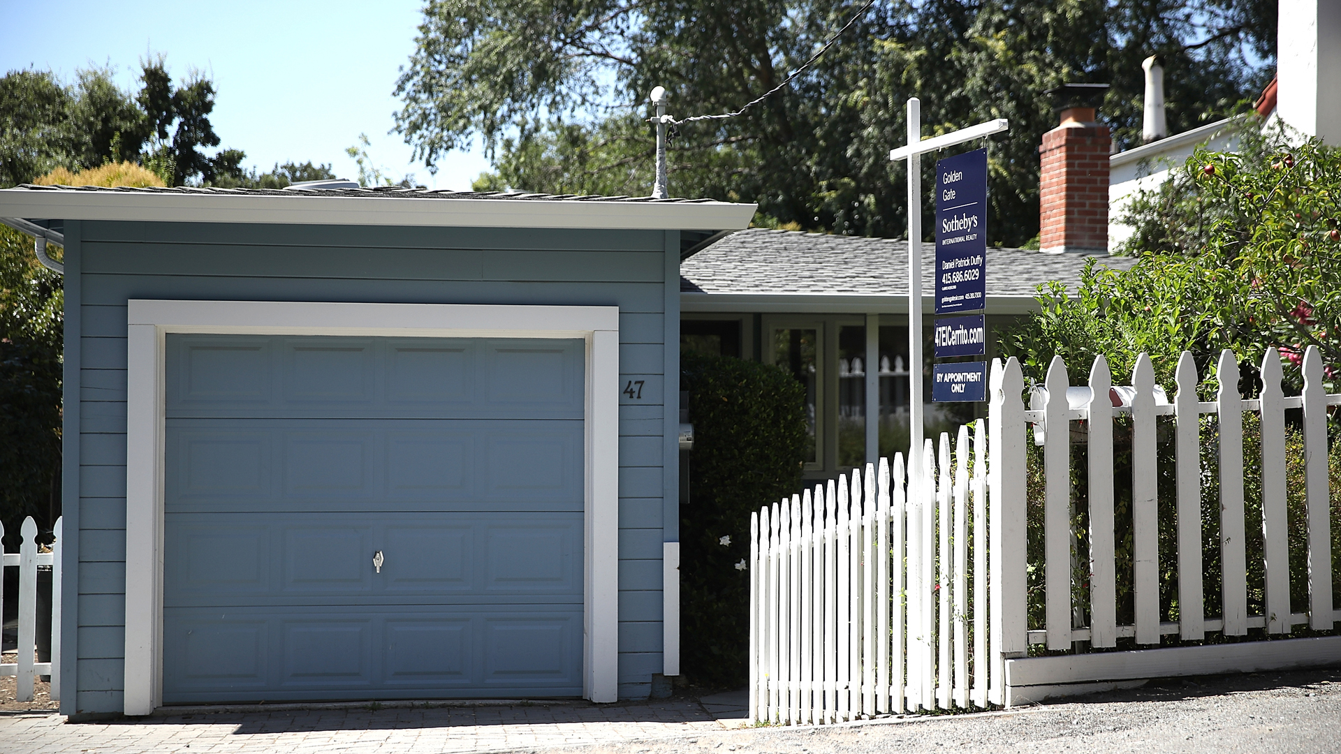A sign is posted in front of a home for sale on July 18, 2017, in San Anselmo. (Credit: Justin Sullivan / Getty Images)