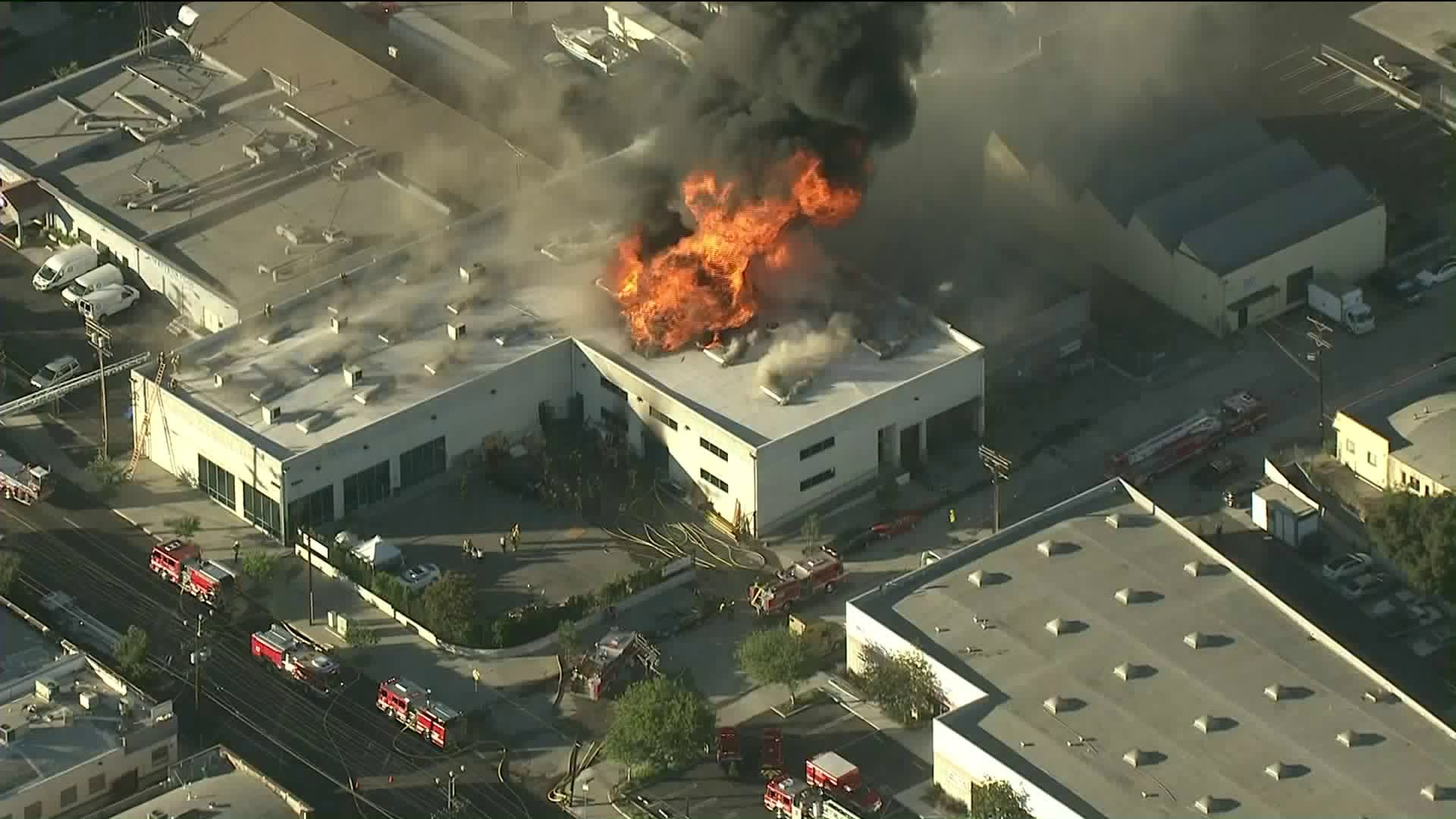 Heavy smoke rises as flames engulf a building in Glassell Park on Sept. 17, 2018. (Credit: KTLA)