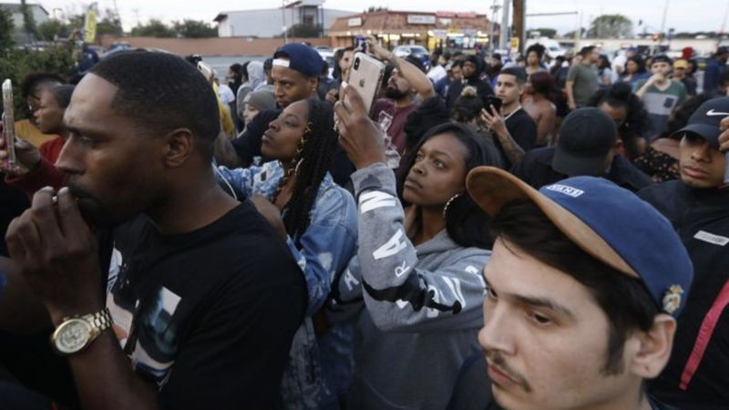 Fans mourn Nipsey Hussle in Hyde Park on March 31, 2019. (Credit: Genaro Molina / Los Angeles Times)