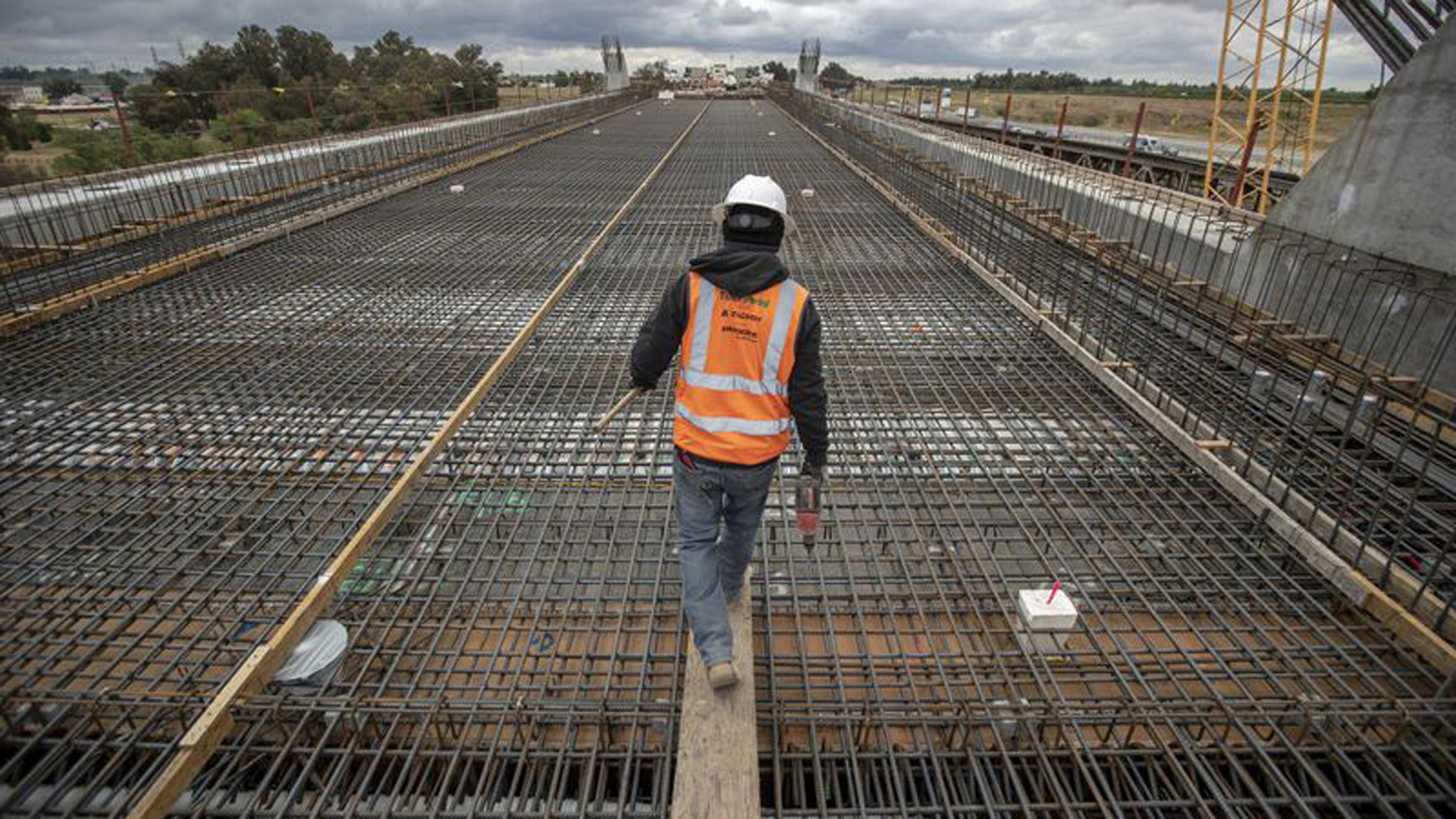 Construction continues on the San Joaquin River Viaduct section of the California high-speed rail project in North Fresno. (Credit: Robert Gauthier / Los Angeles Times)