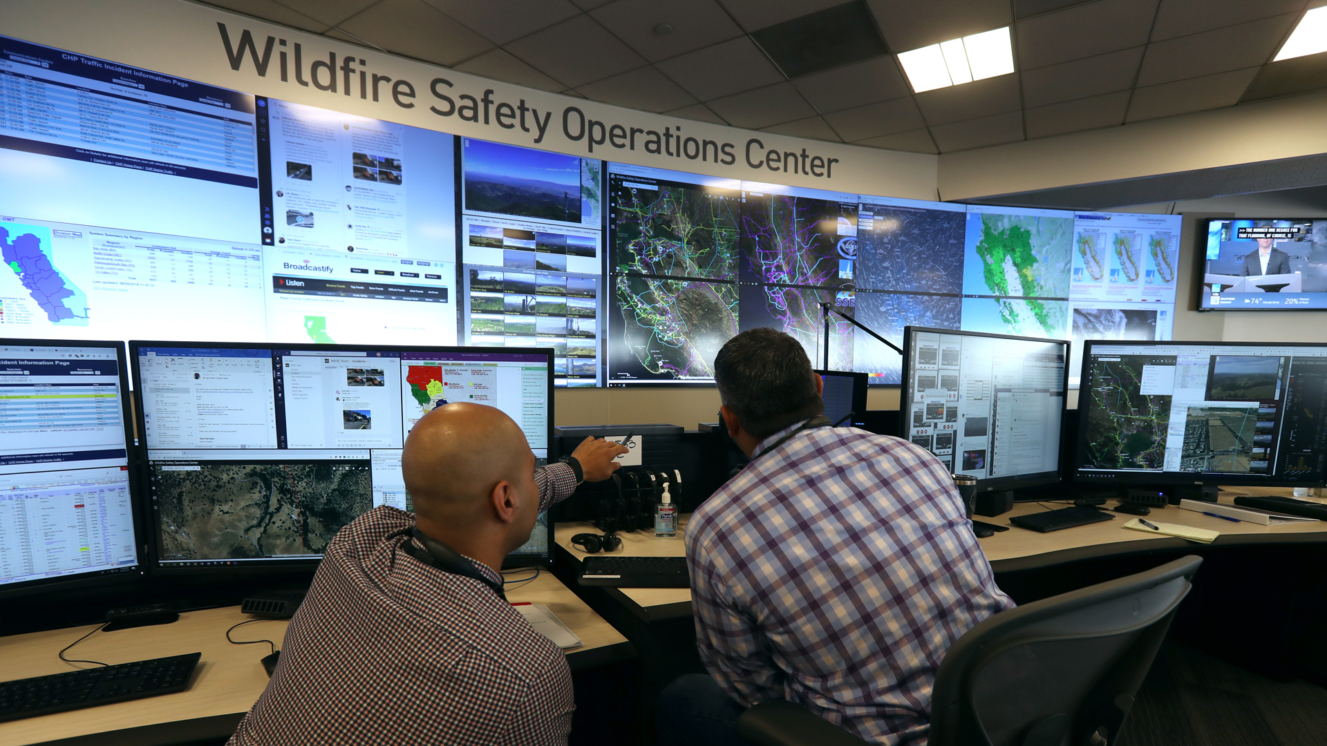 Analysts at the Pacific Gas and Electric Wildfire Safety Operations Center in San Francisco monitor a wildfire on Aug. 5, 2019. (Credit: Justin Sullivan / Getty Images)