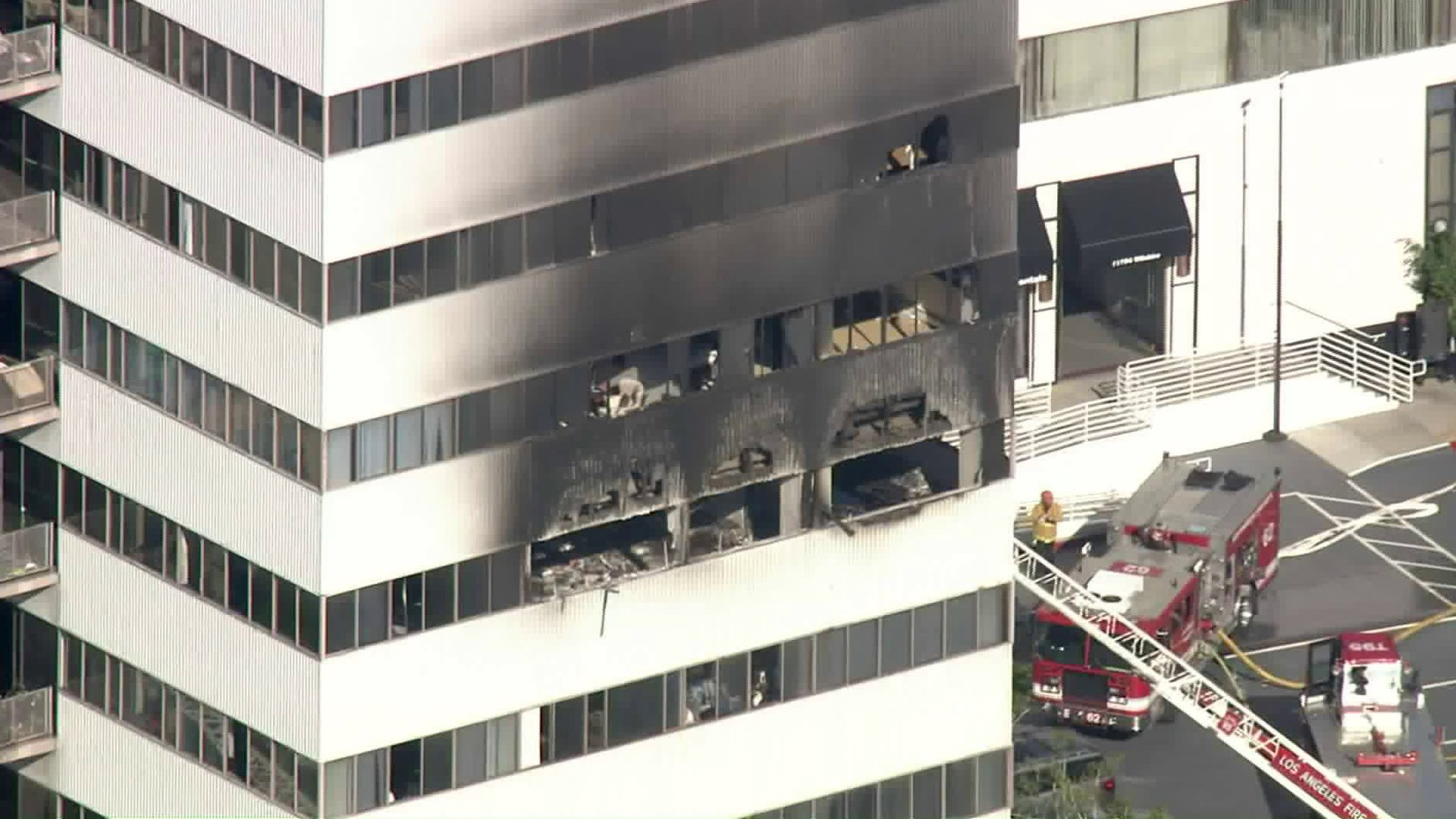 The side of a high-rise apartment in the Brentwood area is blackened after a fire on Jan. 29, 2020. (Credit: KTLA)