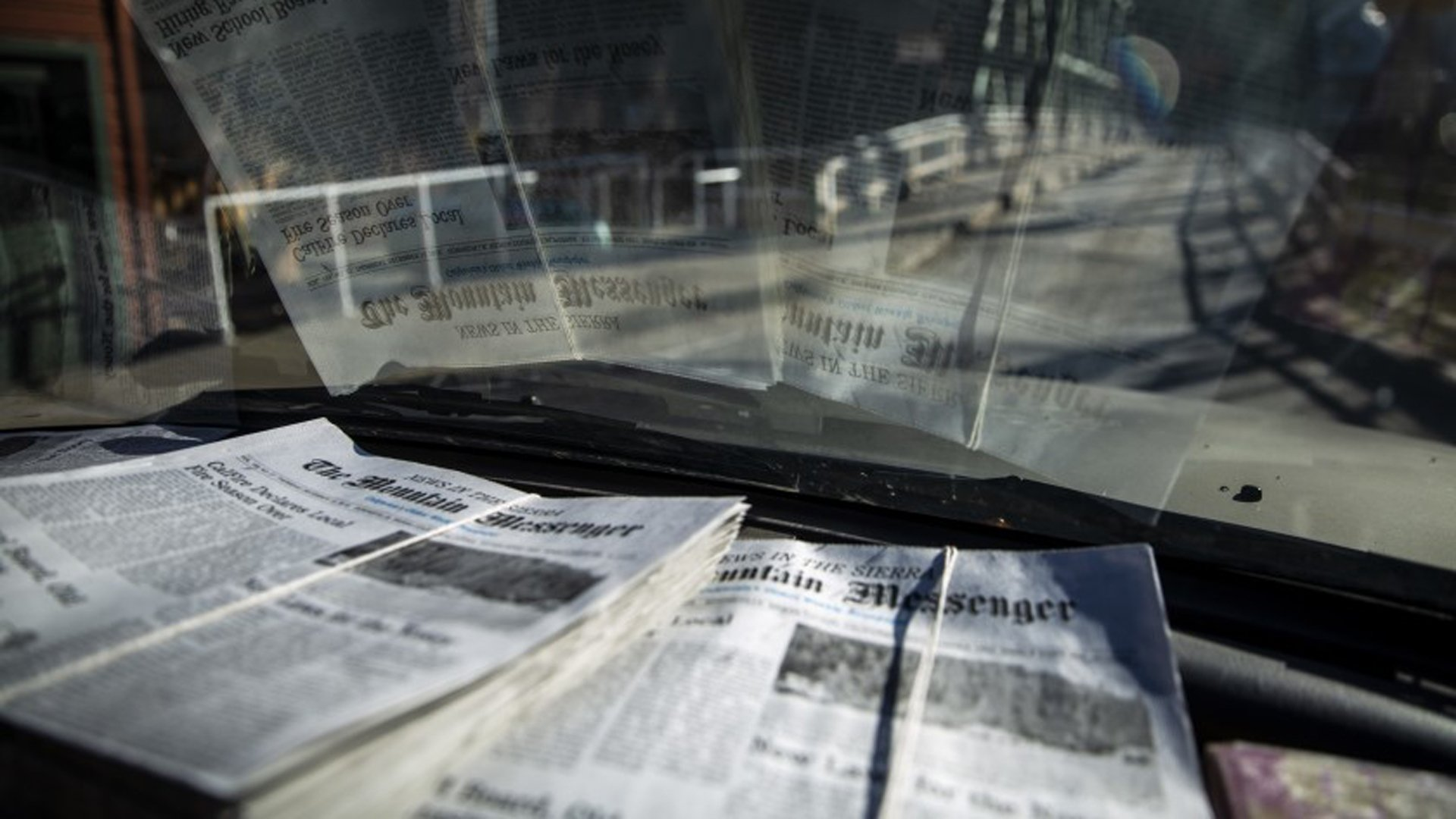 Copies of the Mountain Messenger.(Credit: Kent Nishimura / Los Angeles Times)
