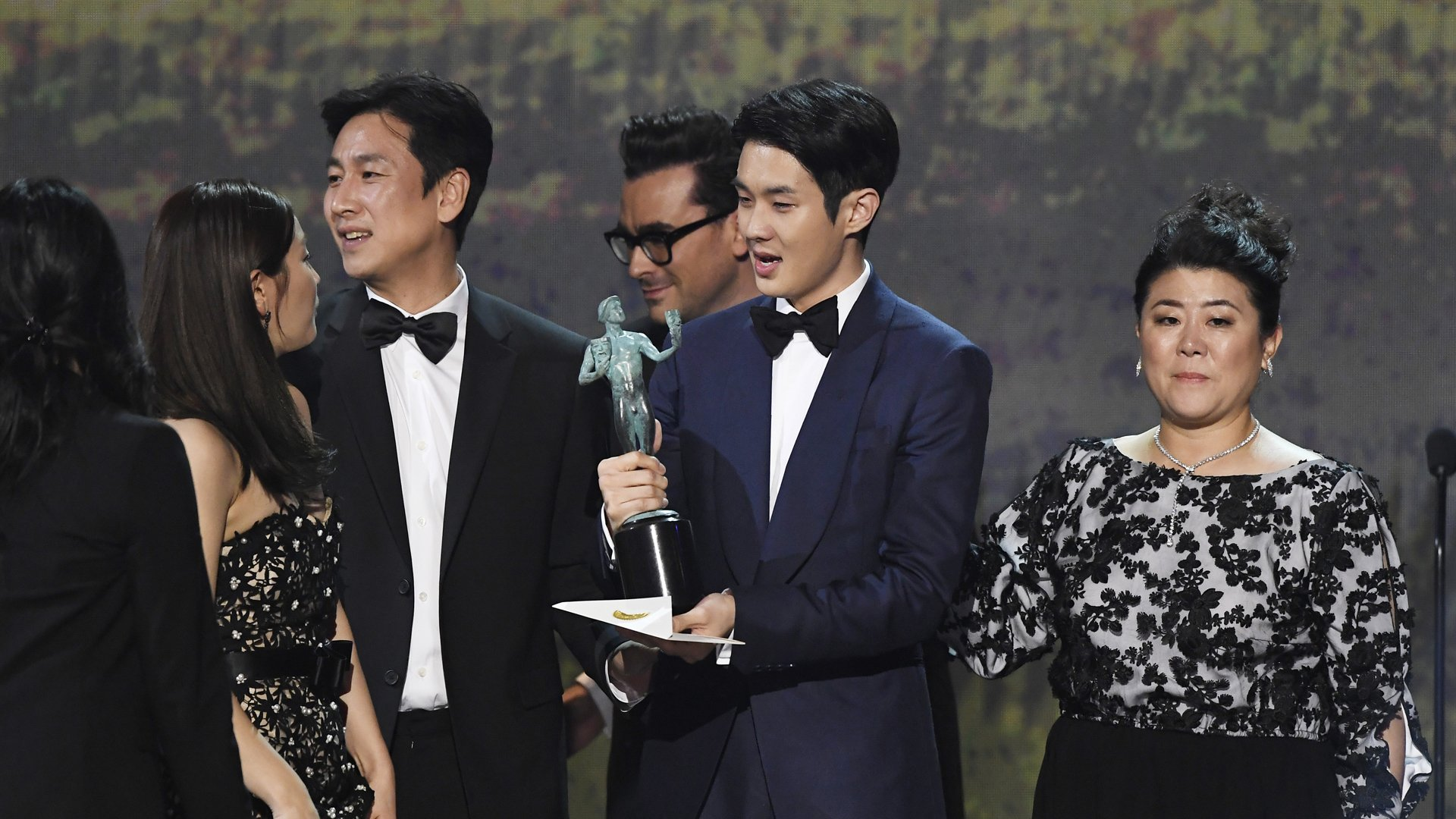 (L-R) Cho Yeo-jeong, Choi Woo-shik, Lee Sun Gyun, and Chang Hyae-jin accept Outstanding Performance by a Cast in a Motion Picture for 'Parasite' onstage during the 26th Annual Screen Actors Guild Awards at The Shrine Auditorium on January 19, 2020 in Los Angeles, California. 721359 (Credit: Kevork Djansezian/Getty Images for Turner)