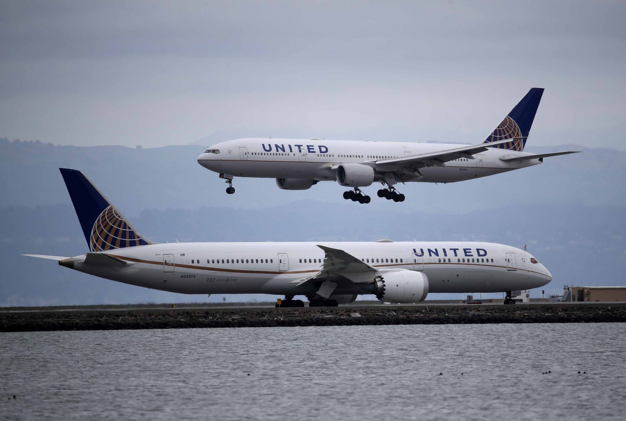 A United Airlines plane lands at San Francisco International Airport on March 06, 2020, in Burlingame. (Justin Sullivan/Getty Images)