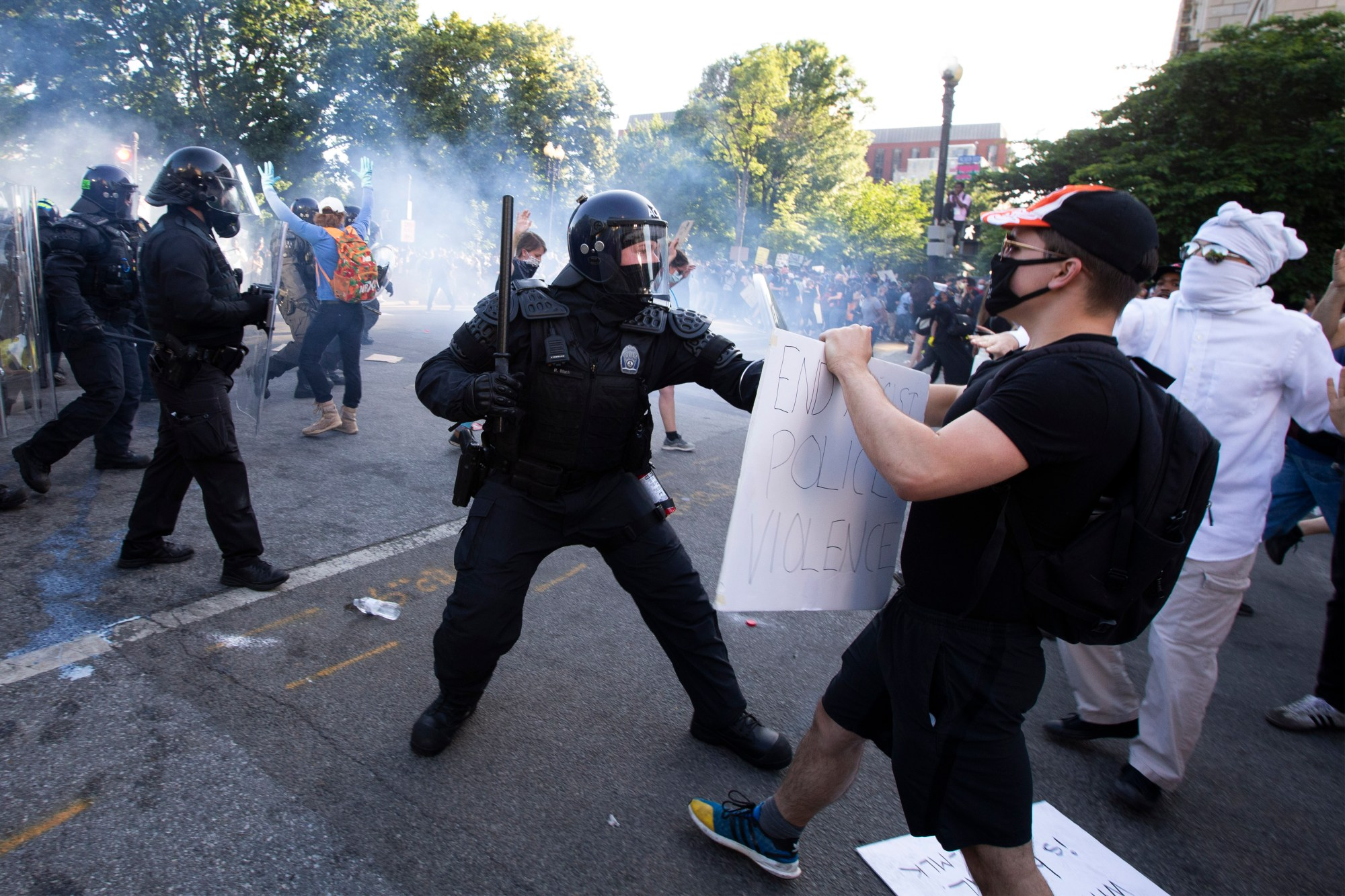 Police officers clash with protestors near the White House on June 1, 2020, as demonstrations against George Floyd's death continue. (Jose Luis Magana / AFP / Getty Images)