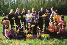KT Tallinna ringkonna kodutütred koos KL Tallinna Maleva noorteinstruktori Andreas Leimanniga 2001. aasta emadepäeva eel lilli korjamas.