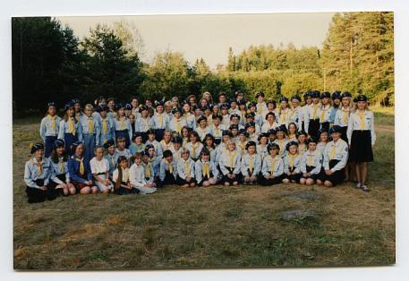 Esimesest üleriigilisest Kodutütarde laagrist Petsakul 1994. aastal osavõtjad.