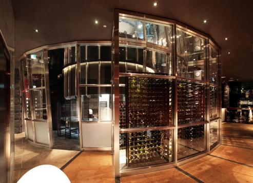 015 円形鉄板焼カウンターを囲むワインセラー