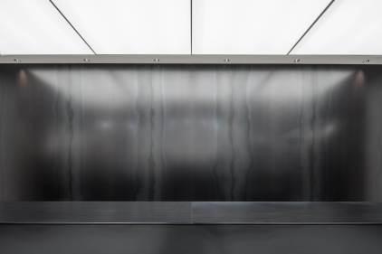 黒革鉄のカウンターバック壁面