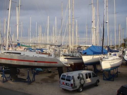 łódki na placu w marinie