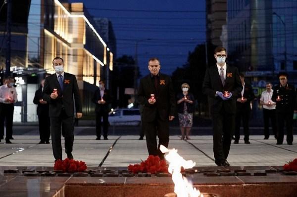 В Краснодаре у Вечного огня зажгли свечи в память о ...