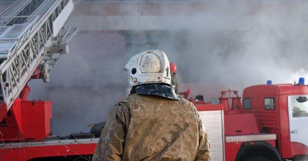 В Краснодаре горит крыша жилого дома на площади 360 квадратов