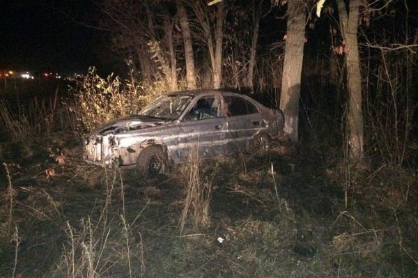 Водитель на иномарке съехал с дороги и врезался в дерево ...