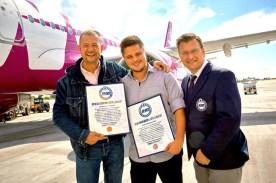 Rekordflug um die Welt im Billigflieger BILD Redakteur Michael Quandt erhält von Rekordrichter beim Rekord-Institut für Deutschland Olaf Kuchenbecker (49) die Urkunde für seinen Rekordflug.