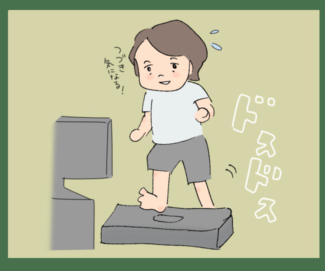 朝ドラを見ながら踏み台昇降をする女性