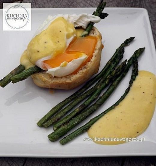 przepis na pyszne śniadanie - jajko w koszulce z sosem holenderskim