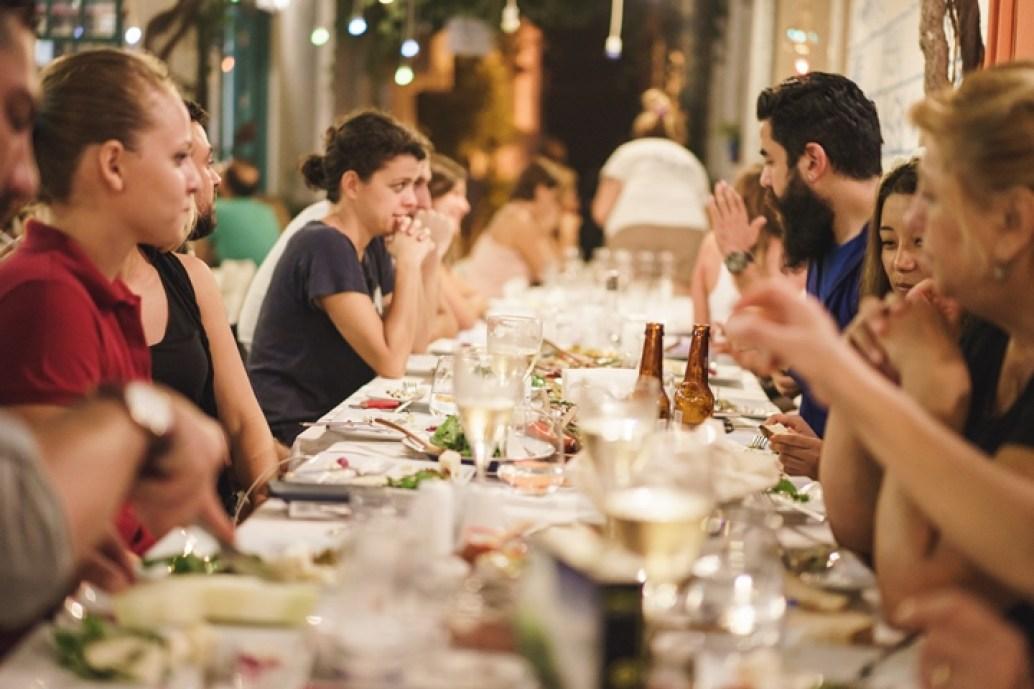 ozum-baransel-bozcaada-dugun-festivali-adam-restoran-sokak-dugunu-rum-mahallesi